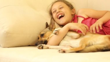 Little girl with a puppy — Vidéo