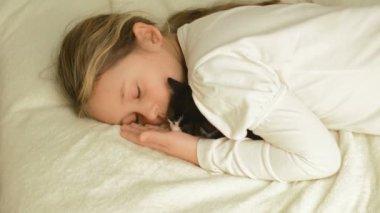 Sleeping girl hugging kitten — Stockvideo