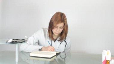 Довольно женщина-врач — Стоковое видео