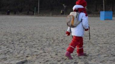 Petite fille avec sac à dos — Vidéo
