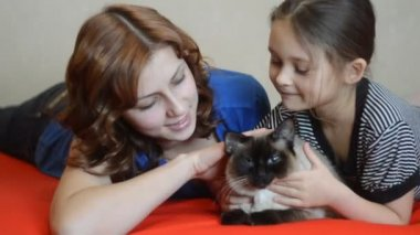 Sisters with domestic cat — Stock Video