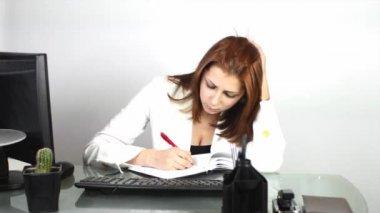 Geschäftsfrau, die arbeiten mit papieren — Stockvideo