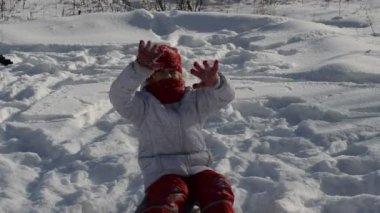 Little girl in snow — Stock Video