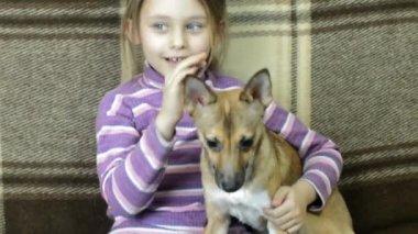 Girl and dog on sofa — Vídeo stock