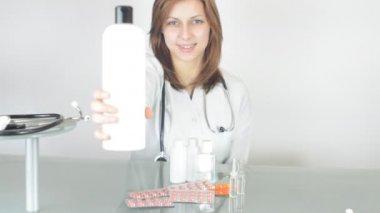 Pretty female doctor — Stock Video
