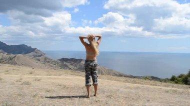 Kvinna som tittar till sjöss — Stockvideo
