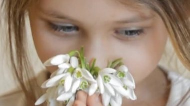 Little girl smelling flowers — Stock Video