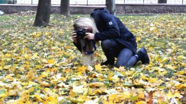 Female Nature photographer — Stock Video
