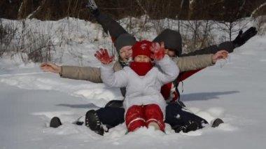 In de winter en gelukkige familie — Stockvideo