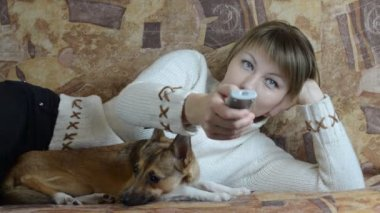 Woman with remote control and dog — Stock Video