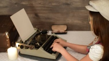 Little girl typing on a typewriter — Vídeo stock