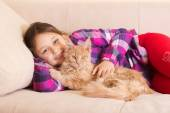 Child hugging cat — Stock Photo