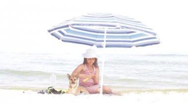 Sunscreen on the sea — Stock Video