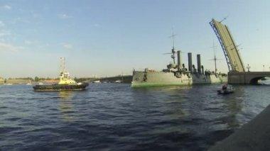 Aurora cruiser passes under bridge — Stock Video