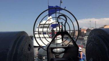 Sight gun battle warship. 4K.  St. Petersburg, summer 2014. — Stock Video