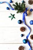 Árbol de Navidad con cinta azul — Foto de Stock