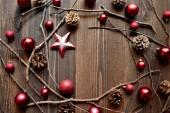 星と赤のクリスマス飾りボール — ストック写真