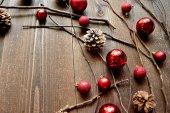 Červené vánoční ozdoba koule s šišky — Stock fotografie