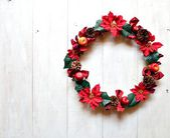 Red poinsettia Christmas wreath on white wooden background — Stock Photo