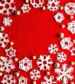 在红色针织织物上的雪花 — 图库照片