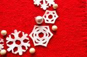 Płatki śniegu Boże Narodzenie wieniec na czerwone płótno — Zdjęcie stockowe