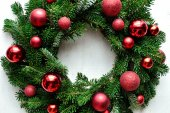 Red ornament balls Christmas wreath — Photo