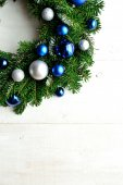 Blue and silver ornament balls Christmas wreath — Stock fotografie