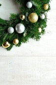 Gold and silver ornament balls Christmas wreath — Stock fotografie