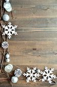 Beyaz kar pul mumlar ile — Stok fotoğraf