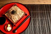 Chilled soba noodles on Japanese red tray — Stockfoto