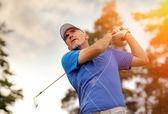 Bir golf topu çekim golfçü — Stok fotoğraf