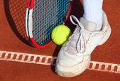 Legs of man near the tennis racquet and balls — Stock Photo
