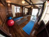 Traditionele yogastudio in houten huis — Stockfoto
