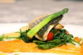 White fish with asparagus — Stock Photo