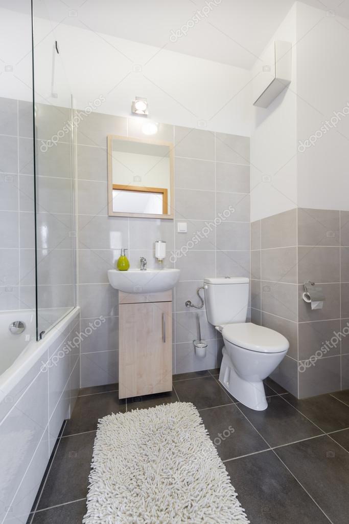 kleines badezimmer im skandinavischen stil stockfoto