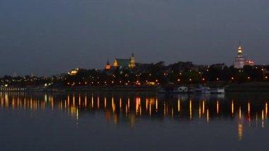 ワルシャワ旧市街とヴィスワ川、ポーランドの夜景 — ストックビデオ