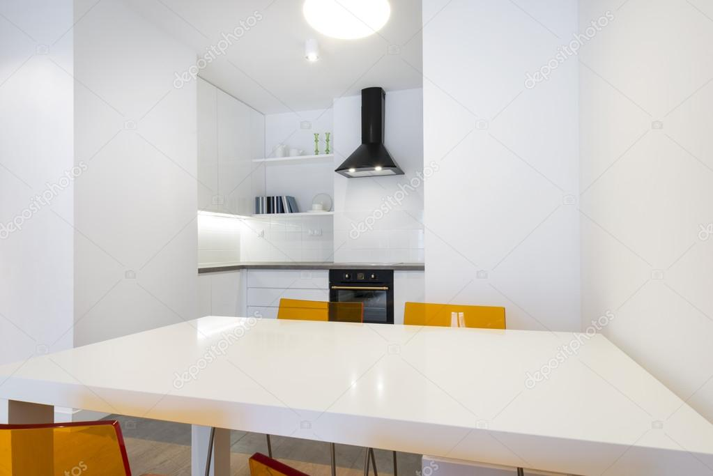 Stijlvolle witte keuken in klein appartement — stockfoto ...