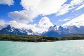 Sjön Pehoe och Los Cuernos i Torres del Paine National Park i — Stockfoto