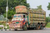 Colorful Indian truck on a highway near Jaipur, Rajasthan, India — Stock Photo