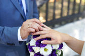 Bride and groom exchange wedding rings — Stock Photo
