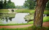 Landscape with ancient stone bridge in Gatchina — Stock Photo