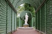 Hermosa estatua de mujer en el parque jardines de verano — Foto de Stock