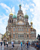 Foreign tourists near the Temple of the Savior on Blood — Стоковое фото