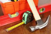 Divers outils de travail sur une table en bois — Photo