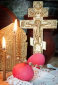 Orthodox Christian Easter still life with red eggs and metal ancient cross — Stock Photo