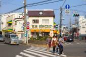 People are crossing the street in Kamakura, Japan — Stock fotografie