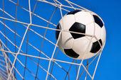 Mavi gökyüzü ile futbol gol — Stok fotoğraf