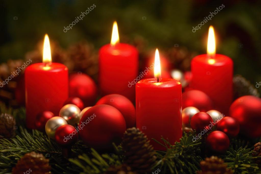 couronne de l 39 avent avec 4 bougies allum es photo 55624135. Black Bedroom Furniture Sets. Home Design Ideas