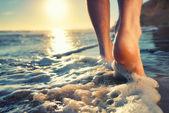 Zevk bir okyanusa yalınayak yürümek — Stok fotoğraf