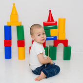 Child builds a tower of cubes — Stock Photo